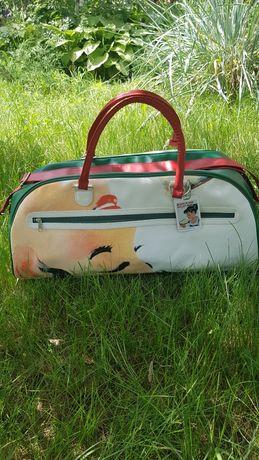 Дорожная сумка с длинным ремешком.