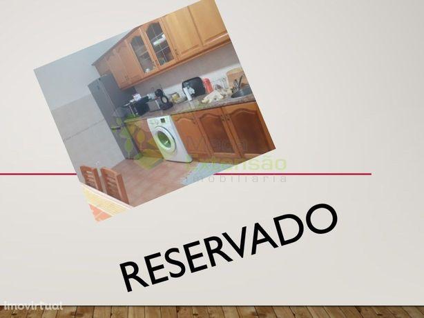Apartamento T2, usado, centro do Cadaval, com garagem fec...