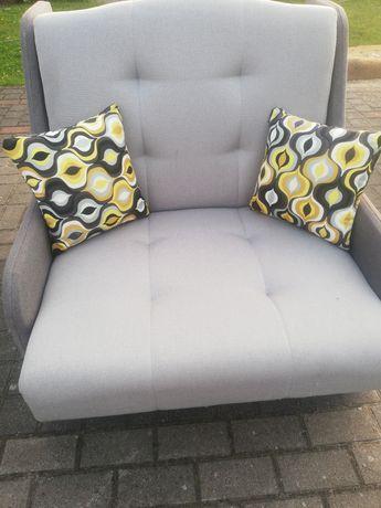 Szary pikowany fotel jednoosobowy z funkcją spania i poj na pościel