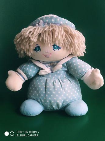 Interaktywna lalka w stroju marynarza śpiewa, mówi i kiwa się na boki
