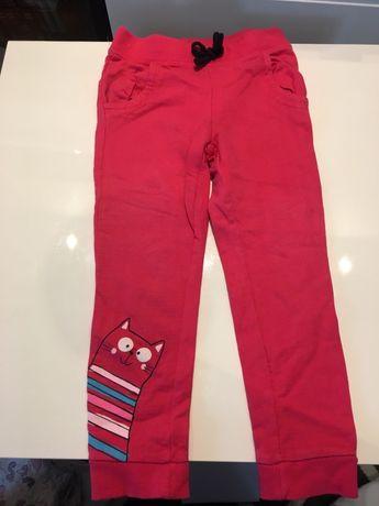 Różowe dresowe spodnie r. 110