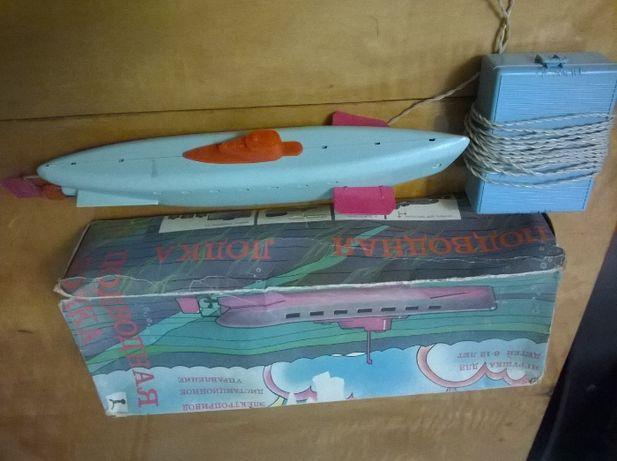Игрушечная подводная лодка на управлении