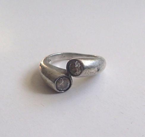 Stylowy pierścionek z cyrkoniami srebro 925