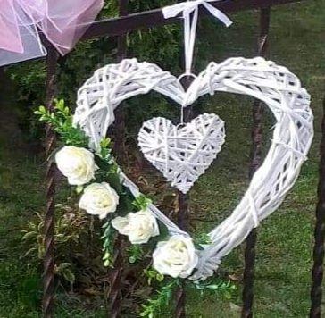 Białe serca z wikliny