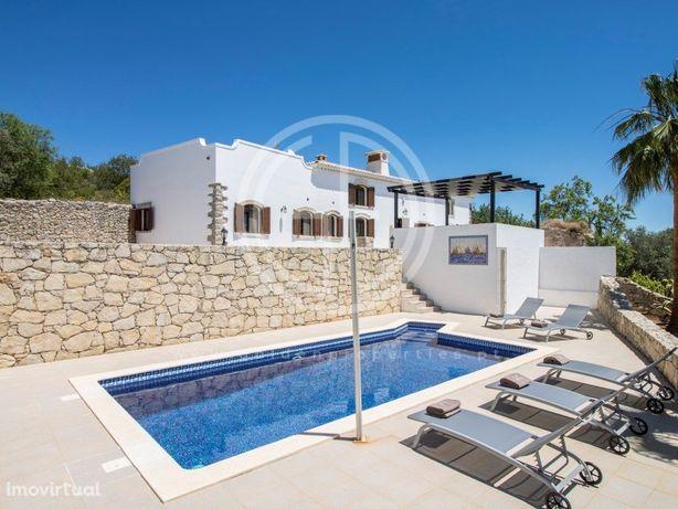 Tranquila Moradia T2 com piscina e jardim privados em Loulé