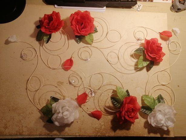 Ozdobą samochodu Ślub biało czerwone róże