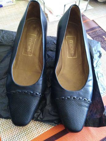 Sapatos azuis em pele