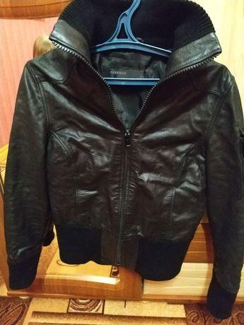 Кожаная куртка, кожа хорошего качества.