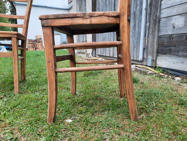 StaryDrewniany stół z dwoma starymi krzesłami