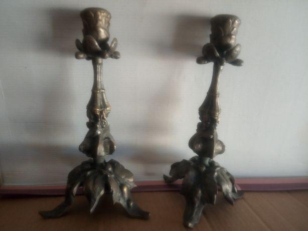 Paar de antigos castiçais em bronze