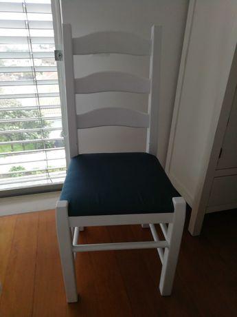 Cadeira em pinho pintada de branco