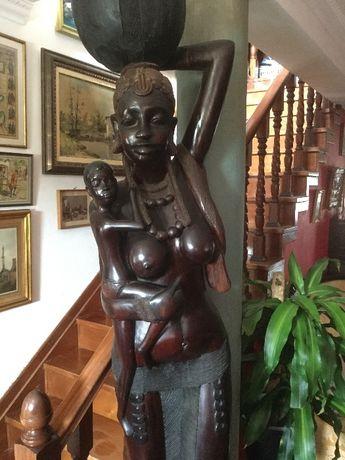Escultura em Madeira africana com 2,35mt esculpida num tronco.