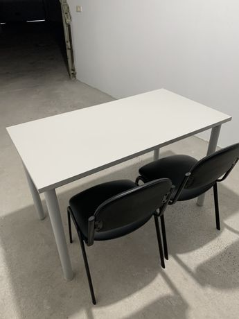 Secretária, cadeiras, whiteboard