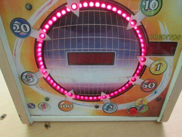 Maquina de entretenimento com luzes e numeros