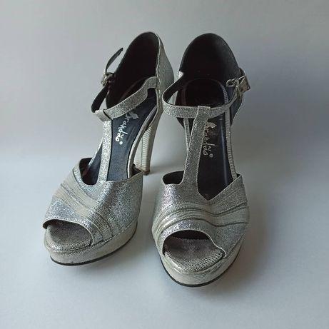 Sapato de tacão prateado
