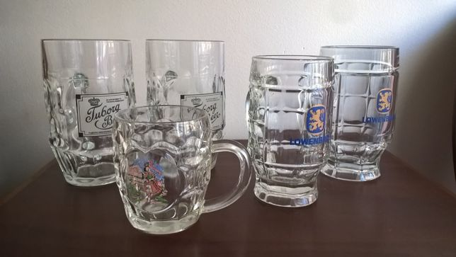 Cinco canecas de cerveja