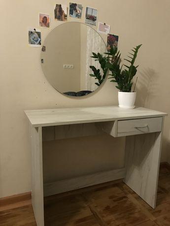 Меблі та дзеркало