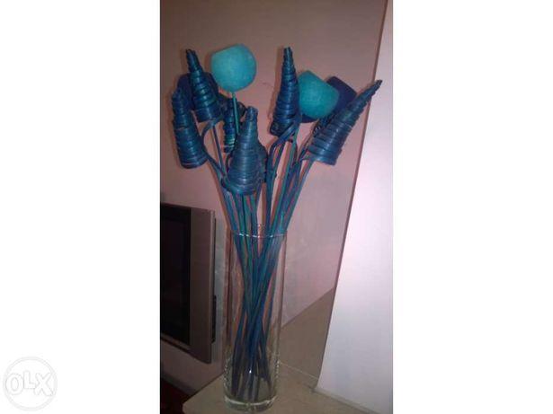 Jarra com flores azul turquesa