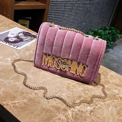 Różowa, zamszowa torebka MOSCHINO.