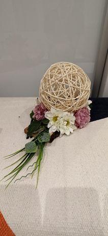 Dekoracje sztuczne kwiaty na kólce wiklinowej