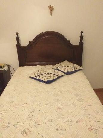 Cama de solteiro, com roupeiro, mesa de cabeceira e escrevaninha