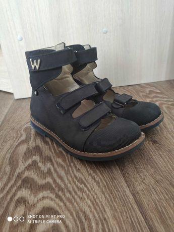 Продаю ортопедические туфли с высоким берцем 33 размера