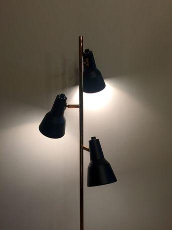 Candeeiro de pé em preto e cobre de 3 focos