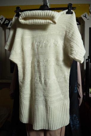 Biały sweter bez rękawów typu golf firmy Coexis