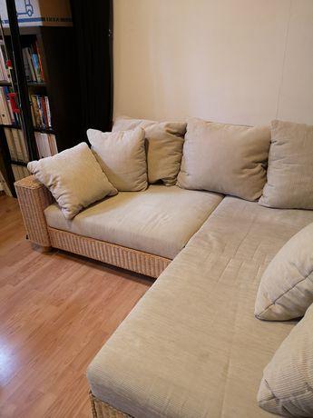 Sofa wiklinowa z dużym pufem i poduszkami