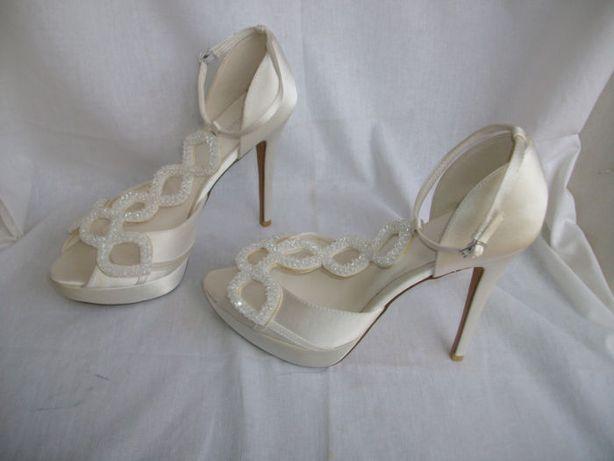 Menbur atłasowe perłowe białe śmietankowe hiszpańskie szpilki 41