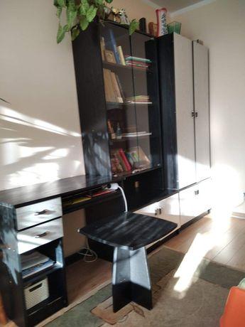 Zestaw mebli (szafa, witryna, biurko, stolik)