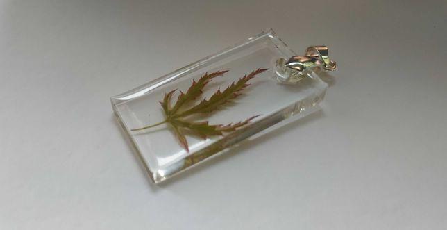Wisiorek z żywicy epoksydowej liść klonu