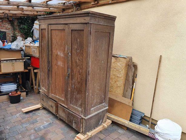 Stuletnia szafa drewniana