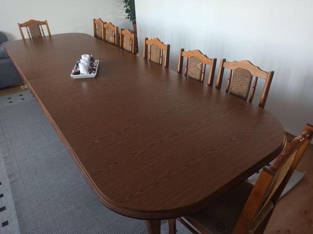 Duży stół z krzesłami