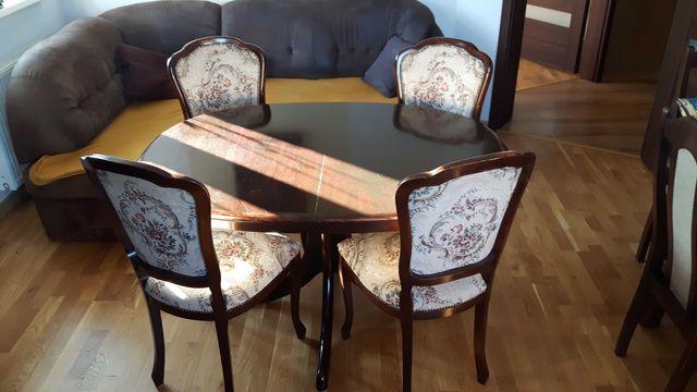 Rozkładany stół + 4 krzesła.