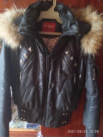 Куртка жен.теплая.с меховым воротником на капюшоне.р.XL.цвет черный