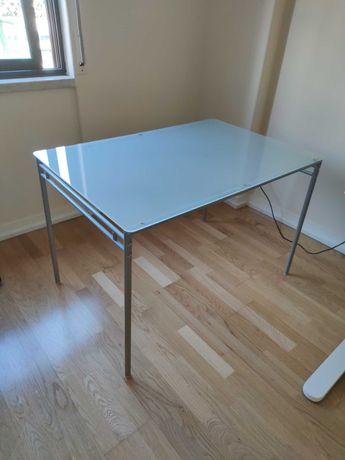Mesa Ikea com tampo de vidro