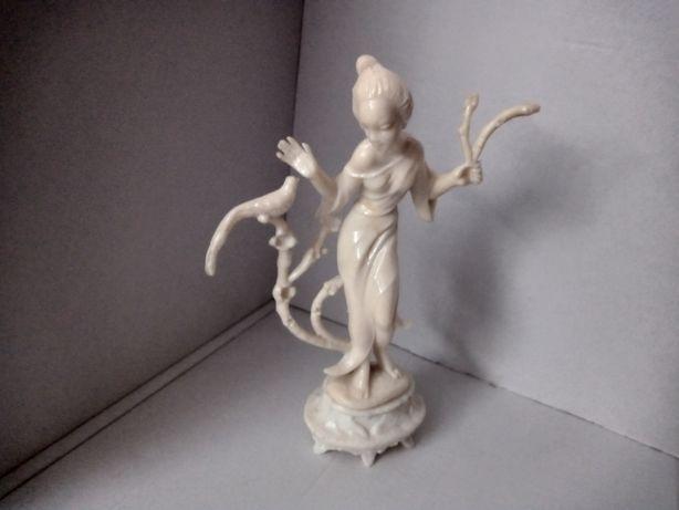 Figurka geisza z pawiem rok produkcji 1977 ITALIA