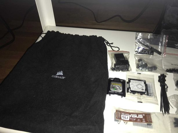 Bolsas CORSAIR com acessórios e peças diversas para PC Gaming