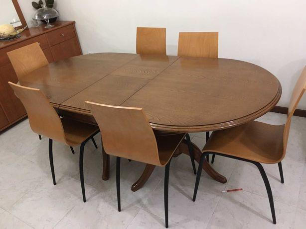 Mesa de Madeira Maciça e Cadeiras