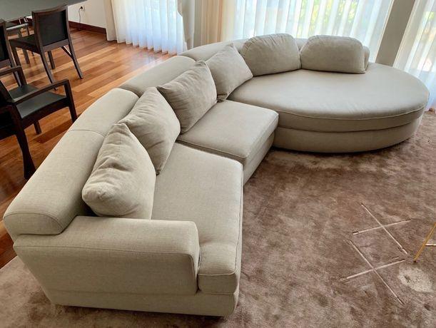 Sofá bege seminovo de 3 módulos com chaise longue