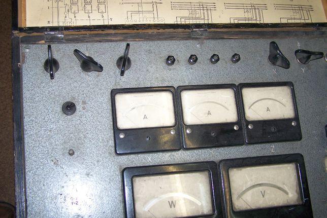 stary zegar miernik walizkowy z PRL pomiarów pradu trójfazowego i 220v