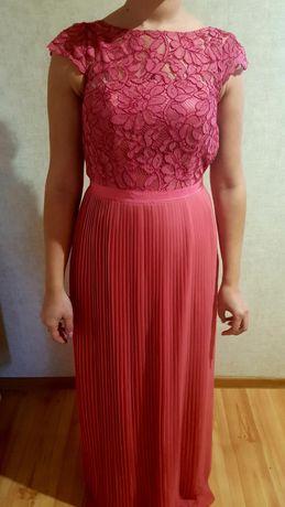 Długa suknia z koronką.