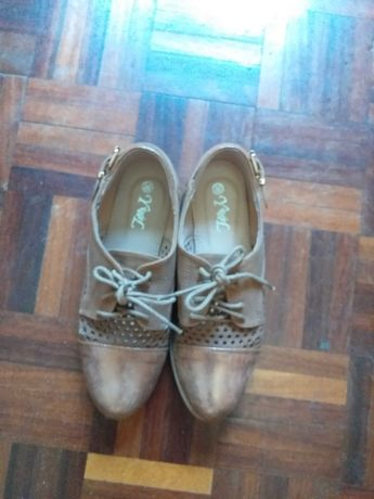 sapatos  castanho dourados