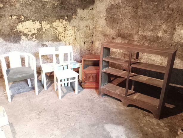 Conjunto de cadeiras, estante e mesa de cabeceira