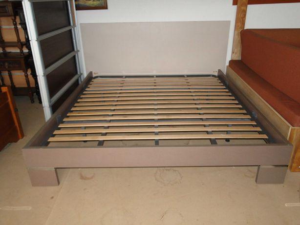Grande cama com estrado - Bom estado geral