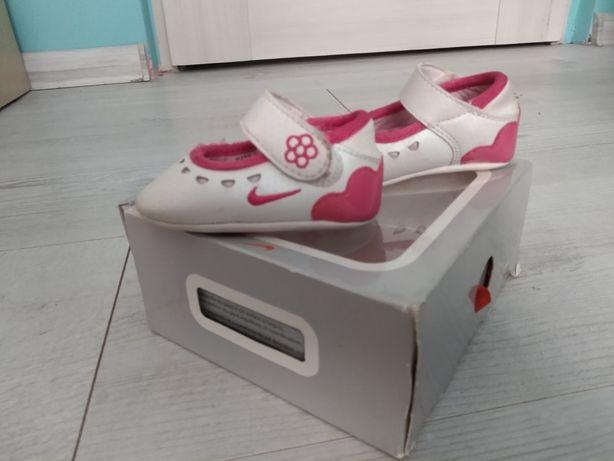 Buty niemowlęce Nike rozm. 16