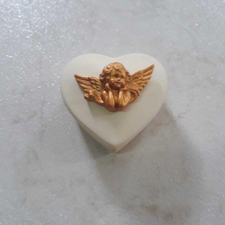 Caixa decorativa formato coração com anjo