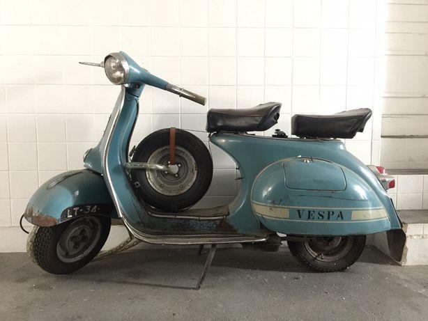 Aluguer de scooter Vespa antiga para decoração montra, eventos sessões