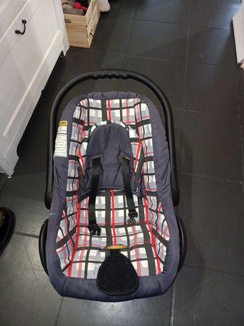 Fotelik dla dziecka z całym wyposażeniem